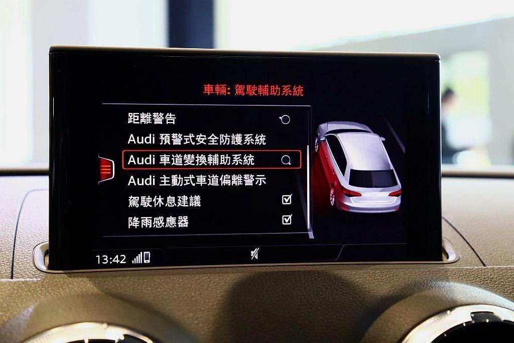 Audi side assist主動式車道維持及偏離警示系統:可協助駕駛監控後方...