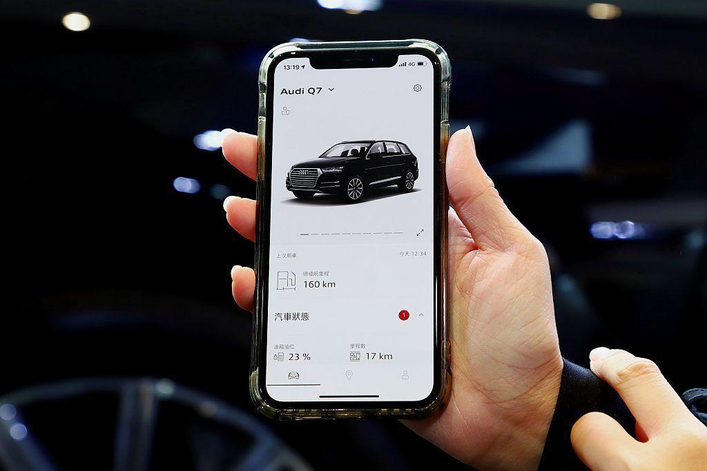 2019年式Audi Q7率先導入Audi Connect,駕駛可於車內或透過智...