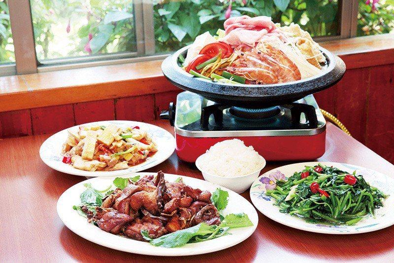 炒苦茶油土雞300元(前)/小/一口入魂的滋味,苦茶油與雞肉激盪出絕佳默契。炒石...