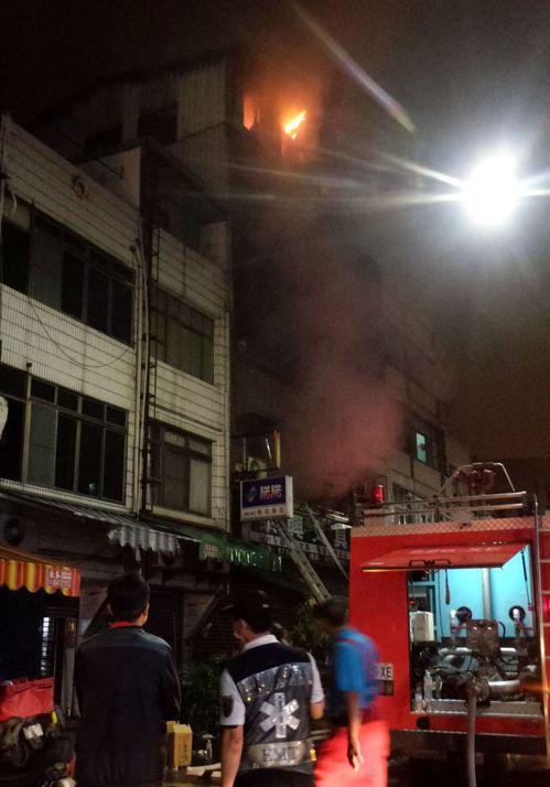 高雄市大林蒲老字號的書局今天凌晨火警,滅火後頂樓鐵皮屋再起火,火舌竄出。記者林保...