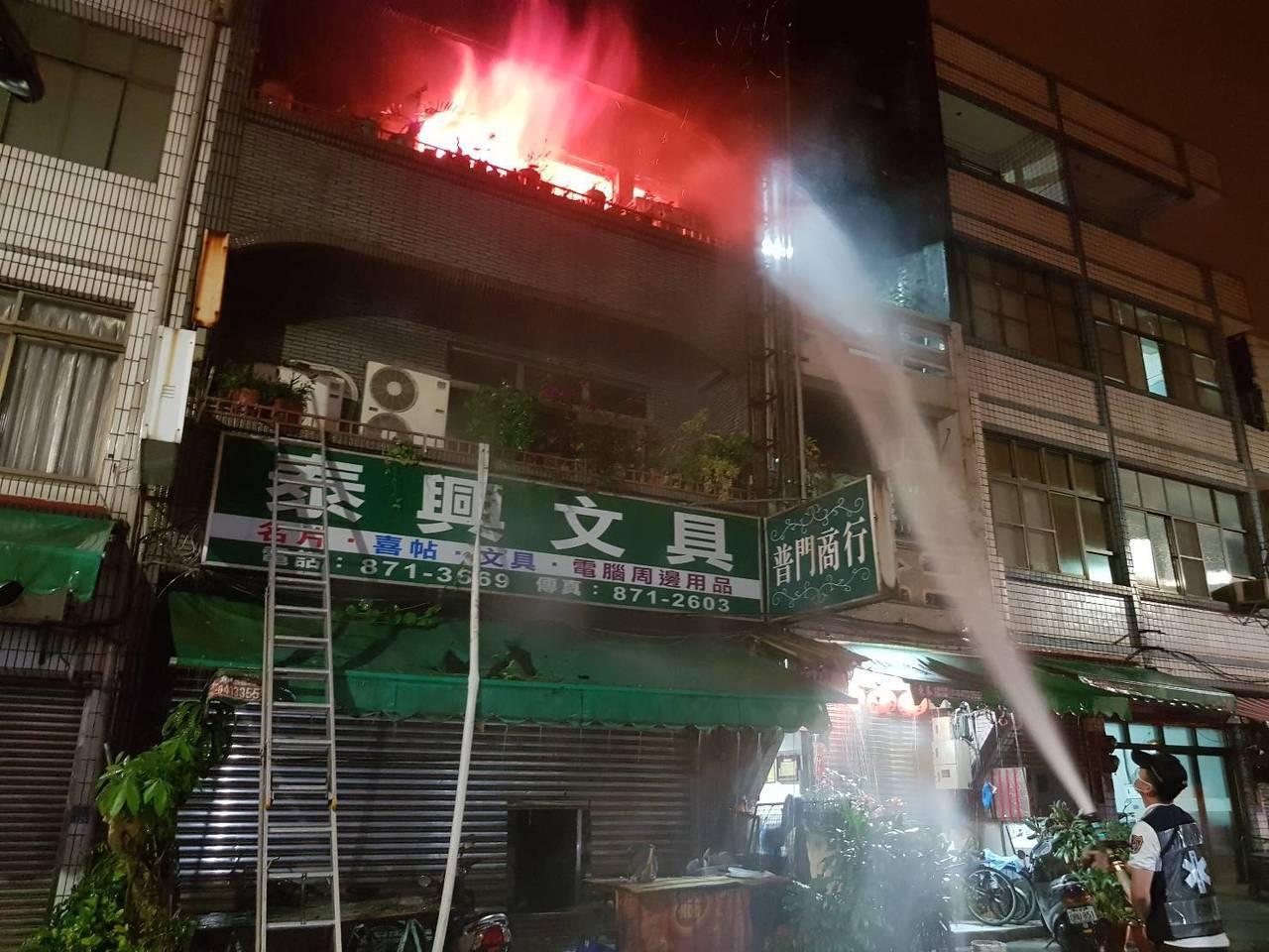 高雄市大林蒲老字號的「泰興文化廣場」書局今天凌晨火警,造成1死3傷。圖/讀者提供