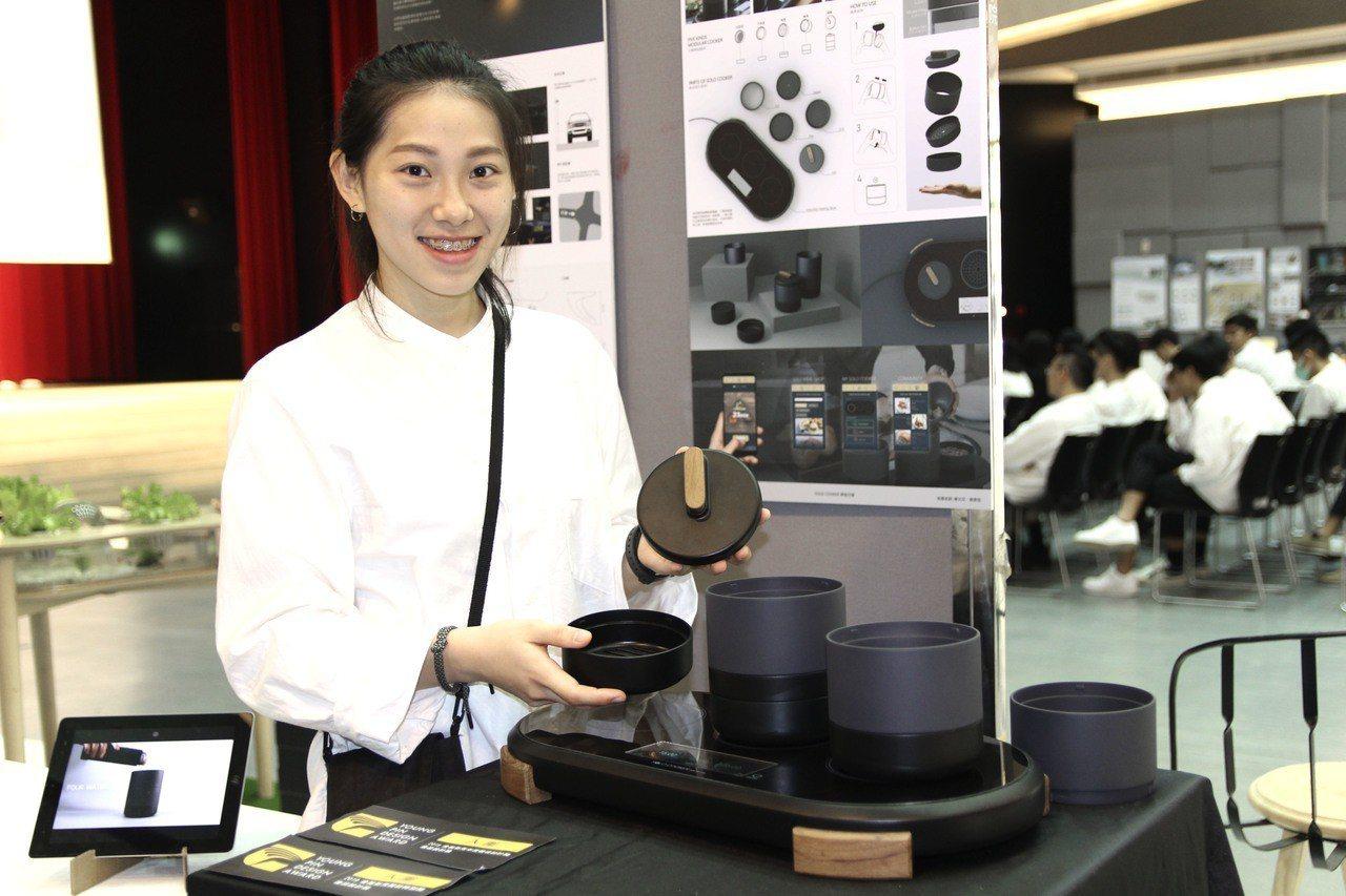 鄭子萱與其畢業作品Solo Cooker合照。圖/台北科技大學提供