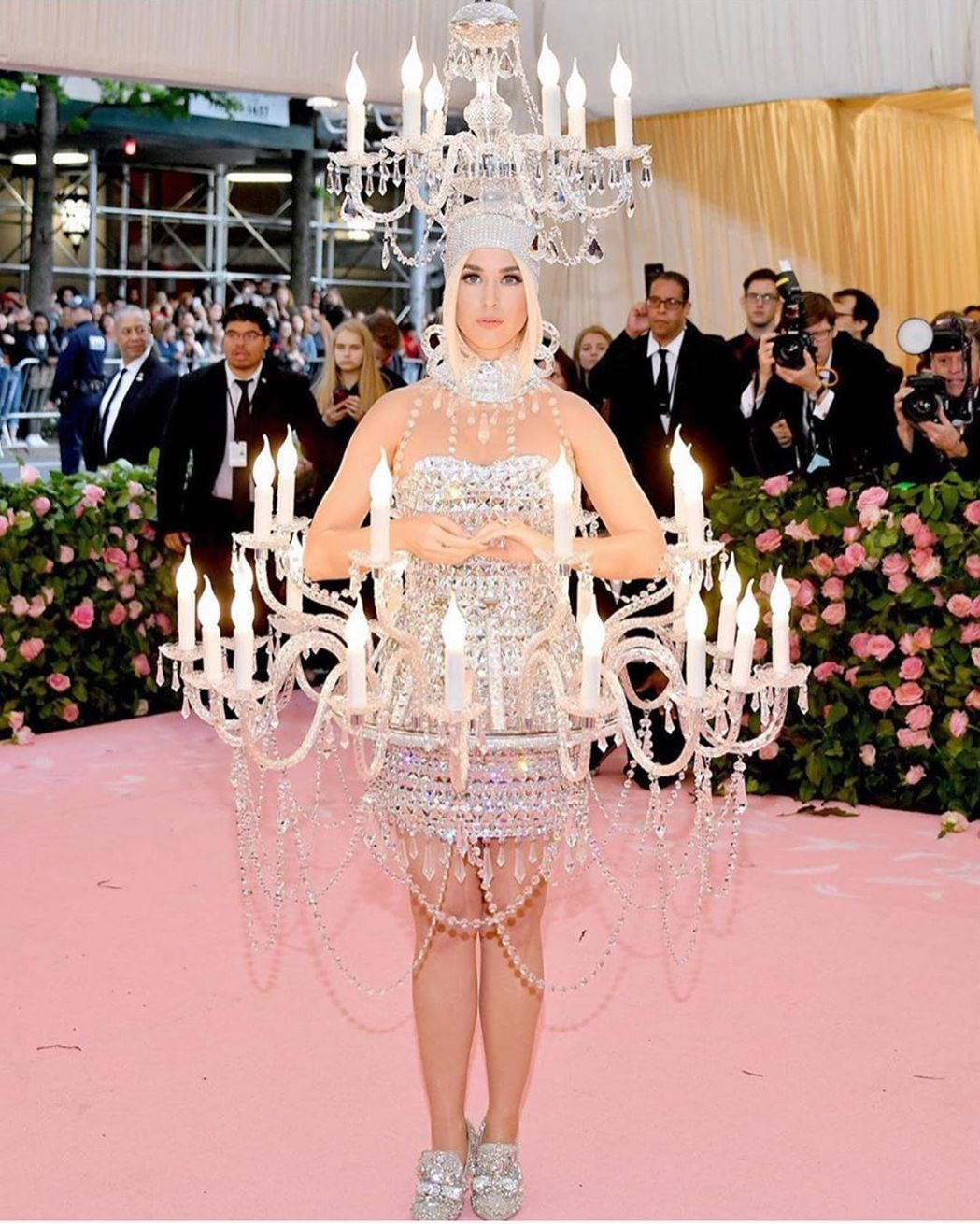 凱蒂佩瑞拿出她萬聖節變裝的態度穿上Moschino的銀色燭台裝,概念應該是延伸自...