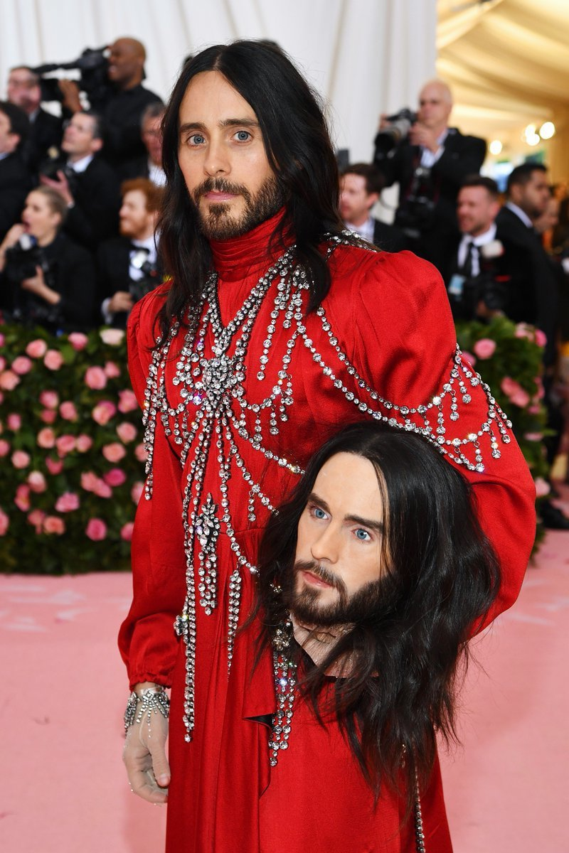Gucci香水代言人男星傑瑞德雷托將坎普精神發揮極致,穿上Gucci寶石裝飾紅色...