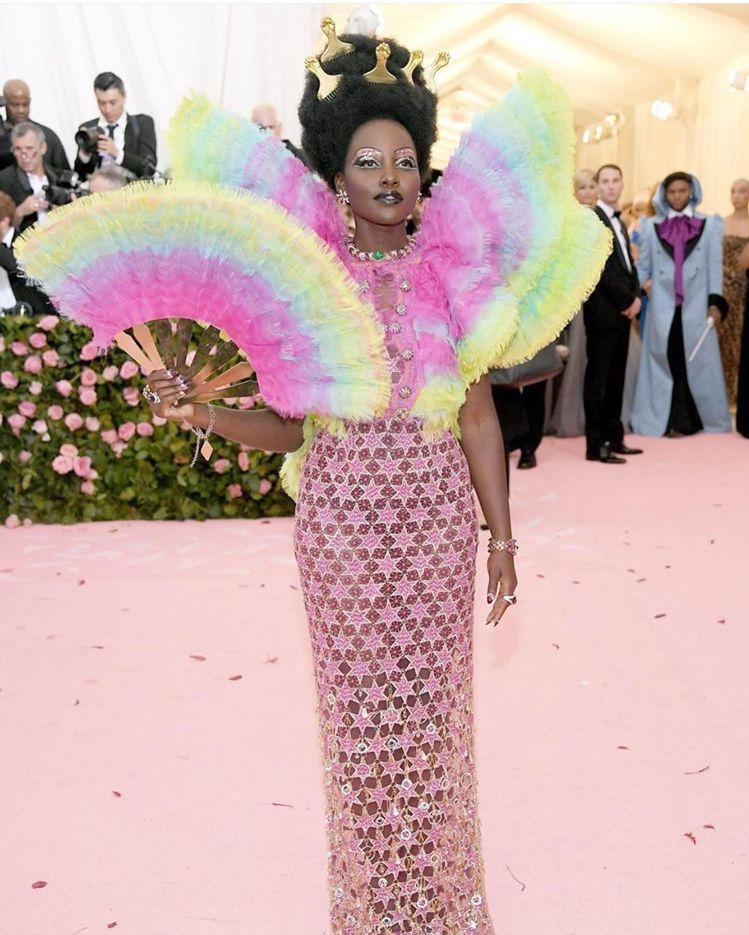Lupita Nyongo穿Versace彩色禮服出席。圖/摘自IG
