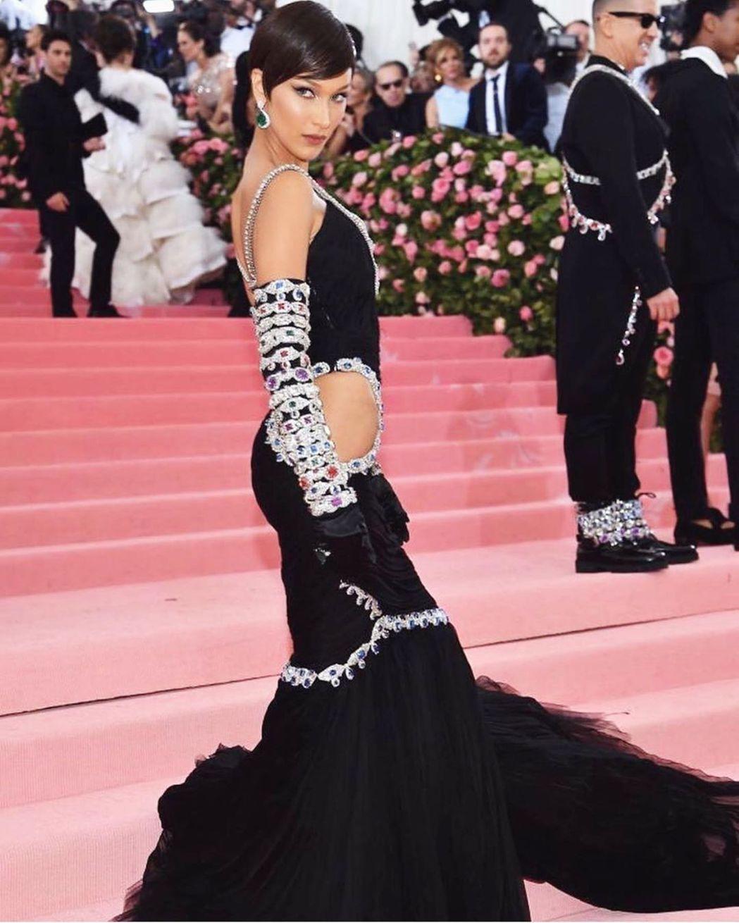 貝拉哈蒂德以Moschino的寶石裝飾禮服現身,腰臀部挖空設計相當性感。圖/摘自...
