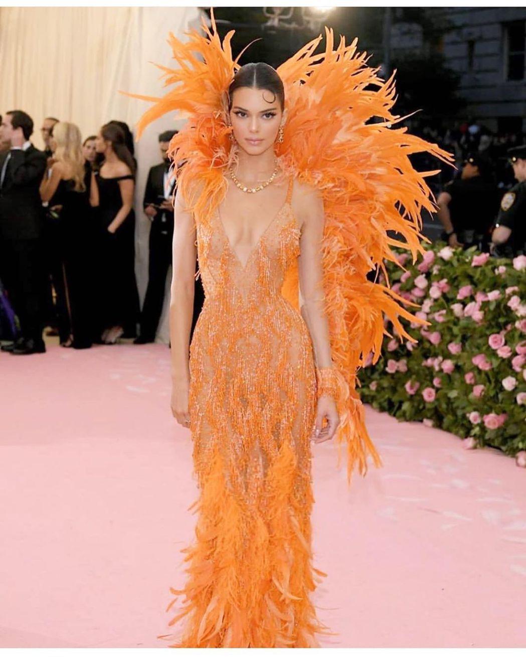 大秀羽毛元素造型的還有穿Versace的超模坎達爾珍娜。圖/摘自IG