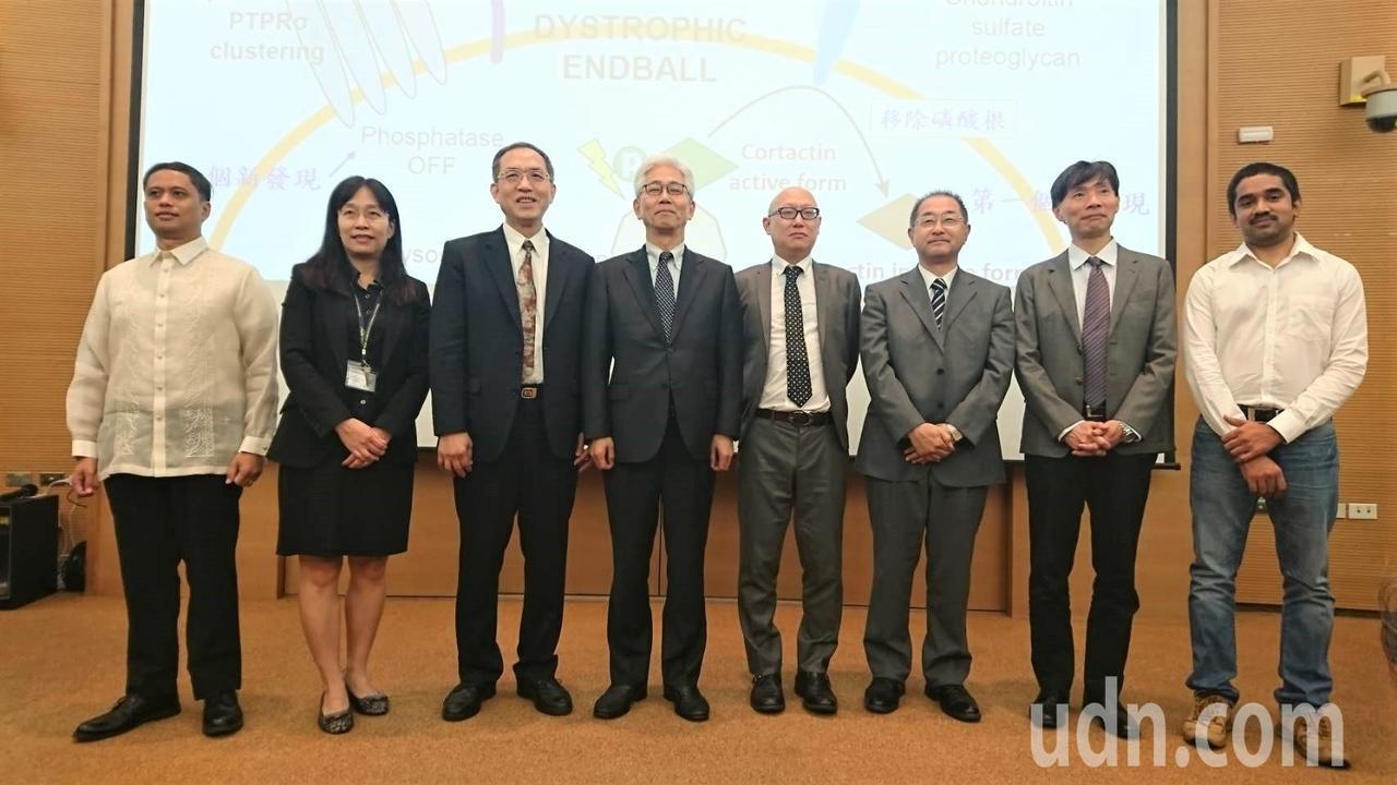 中央研究院基因體中心主任洪上程(左三)與日本跨國團隊研究發現,人工合成八醣體「硫...