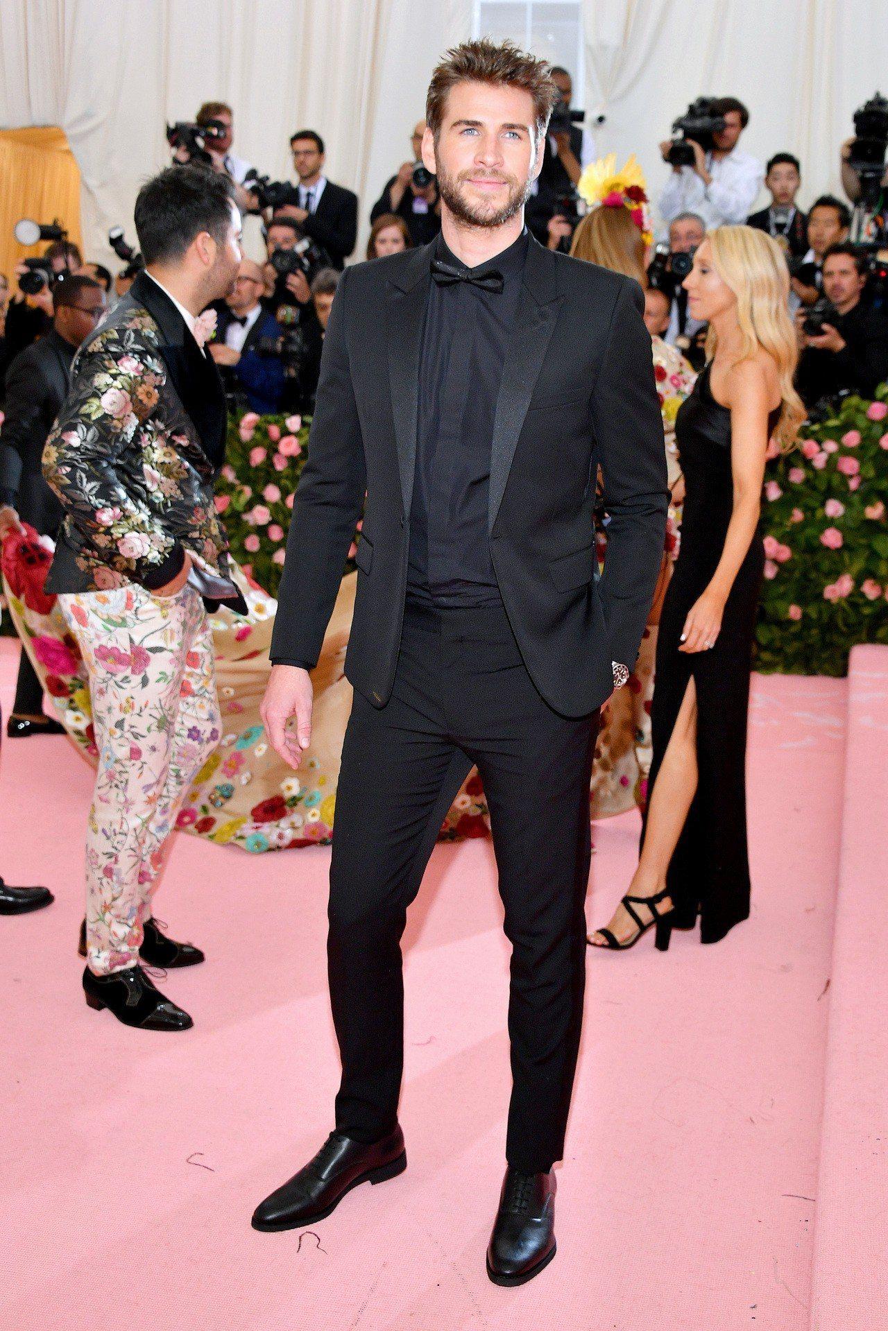 「雷神弟」連恩漢斯沃同樣是挑選了Saint Laurent黑色合身西裝攜帶女伴參...