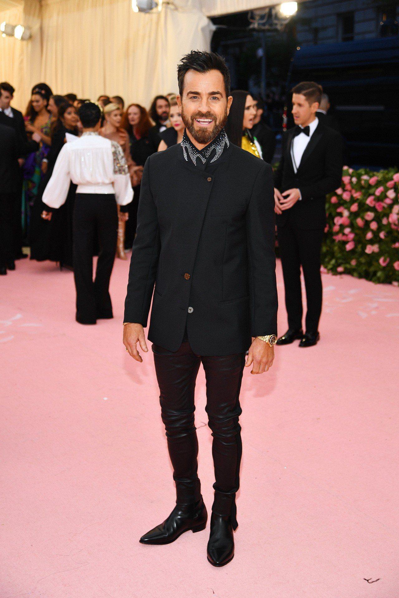 演員Justin Theroux挑選了Louis Vuitton的黑色無領外套搭...