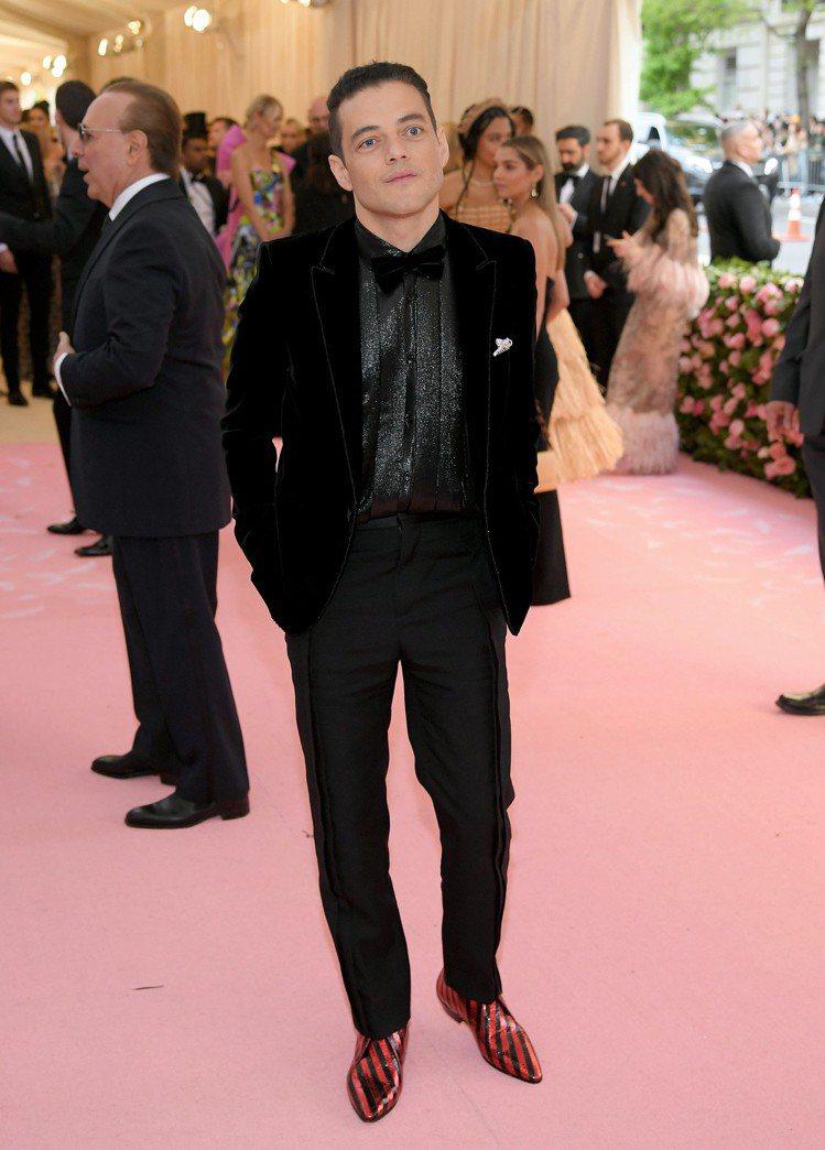 奧斯卡影帝Rami Malek就選穿了Saint Laurent的黑色天鵝絨西裝...