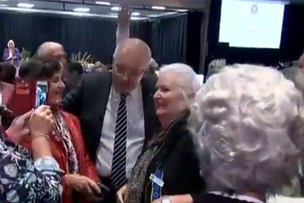 澳洲總理莫里森與幾位老婦人交談時,身後有人對他蛋襲。翻攝自Sky News