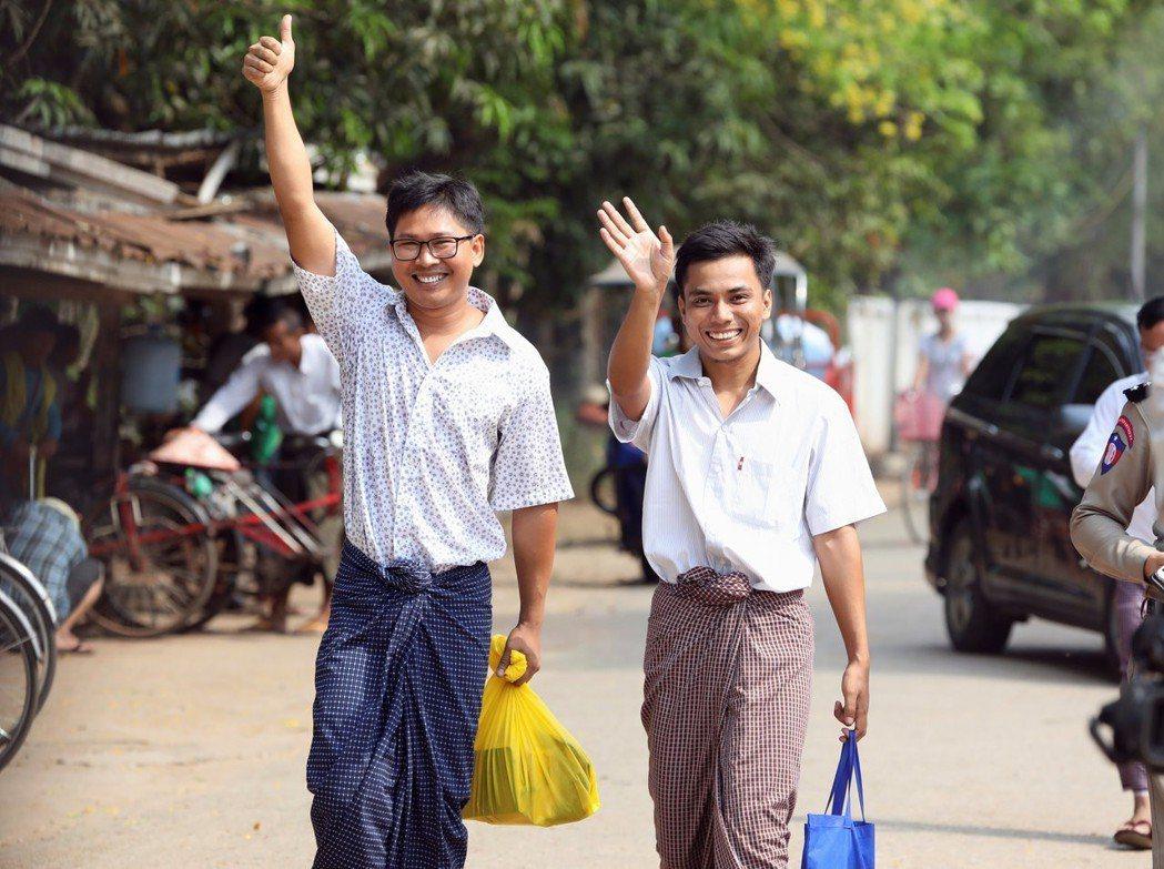 因報導緬甸政府鎮壓洛興雅人而遭緬甸政府關押一年多的路透記者瓦隆(左)及喬索歐(中...