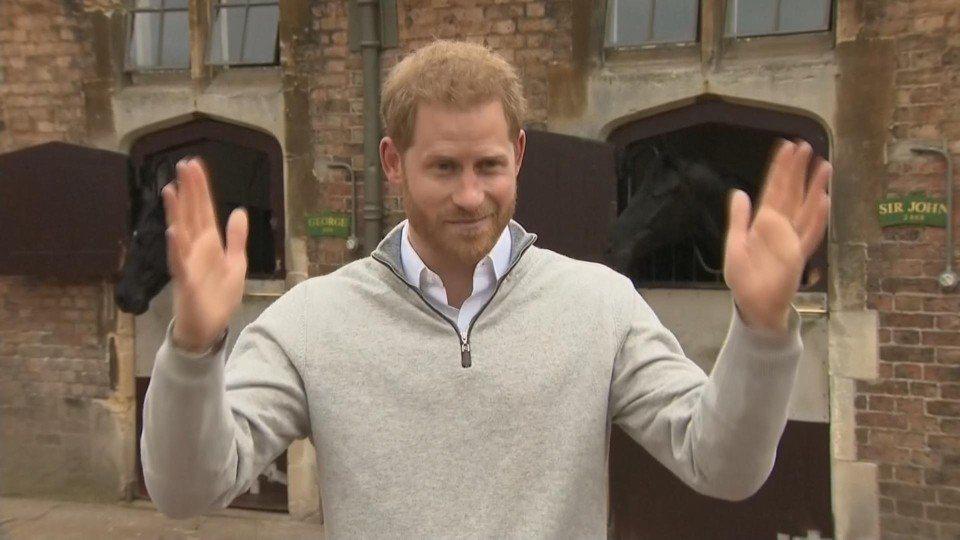 英國哈利王子夫人梅根6日早上5時26分生下一名重3260克的男嬰,笑容滿面的哈利...