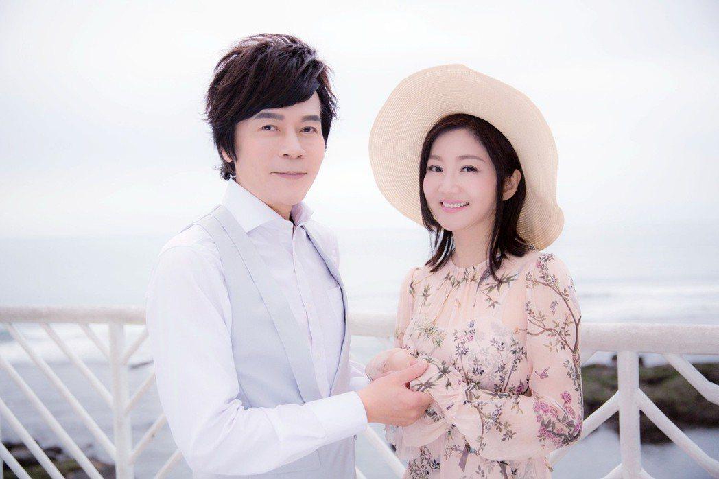 洪榮宏(左)偕愛妻張瀞云到海邊拍攝MV。圖/華特提供