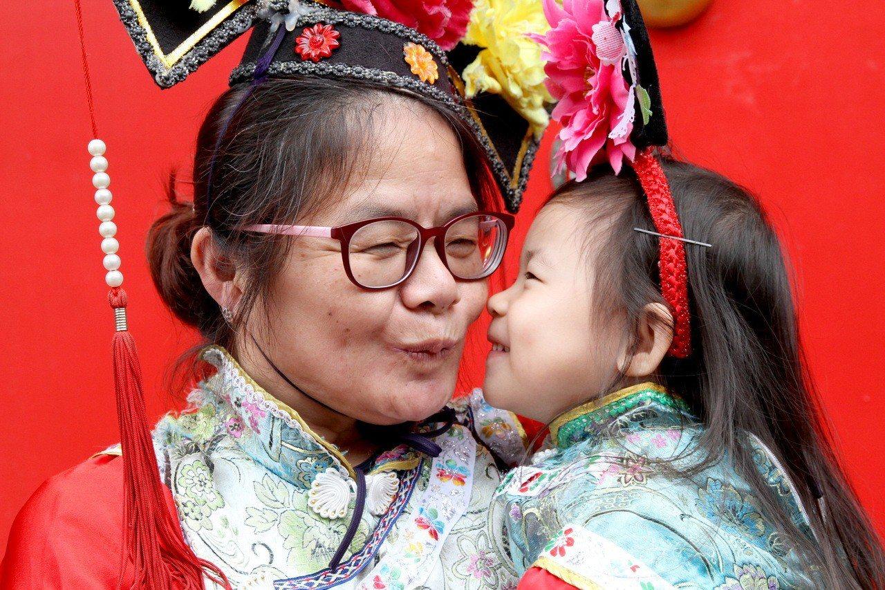 母親節近,台南白河萬里長城文化主題館母親節當天推出「三代同行.母親免費」優惠。