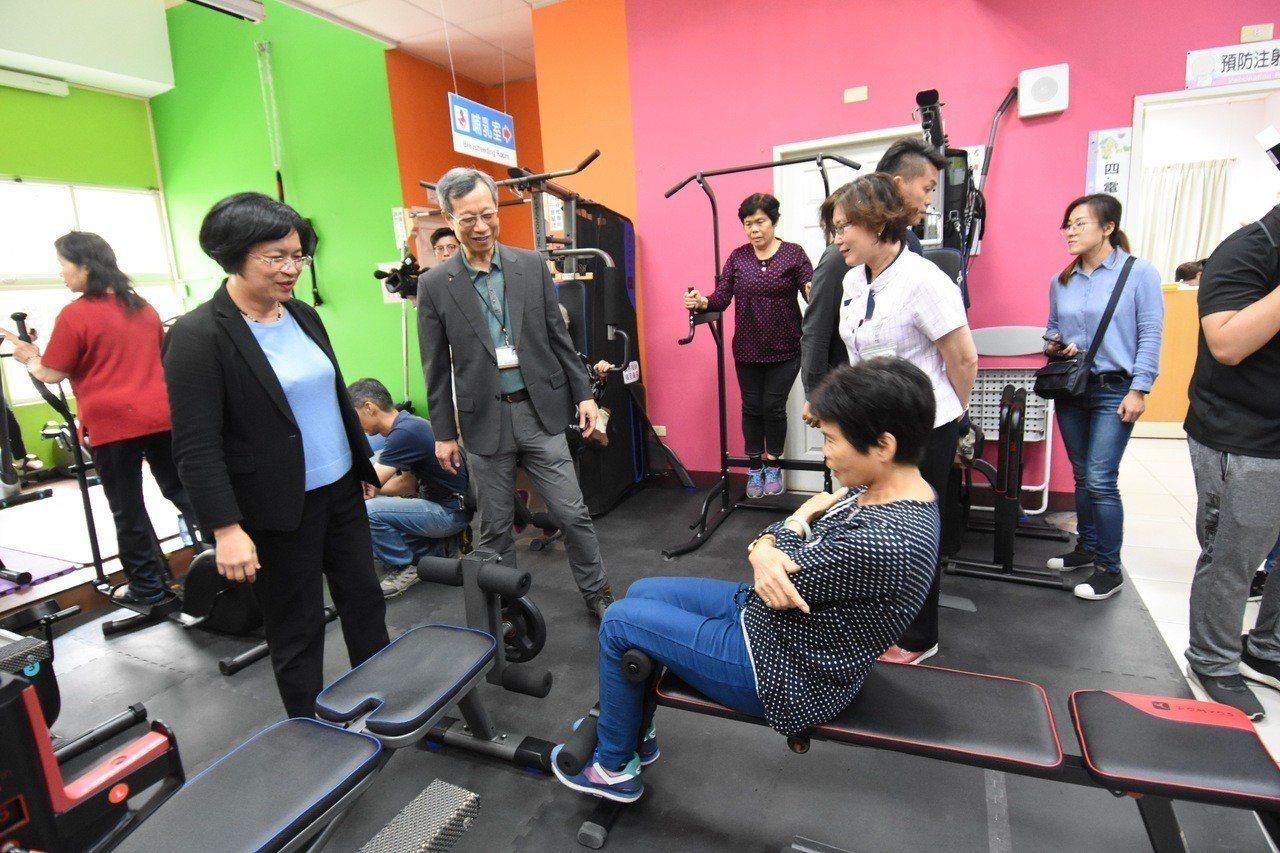 彰化縣長王惠美今天到埔心衛生所不老健身房關心運動長輩。記者林敬家/攝影