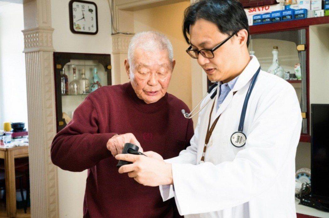 陽明大學醫學系副教授、台北榮總家醫科醫師陳育群發明一款手機藥物影像辨識系統「AI...