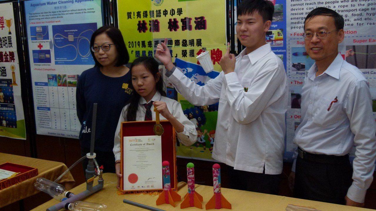 母親(左)鼓勵孩子參加發明展,並為他們設計解說板和加油打氣,鼓勵孩子不要怕失敗更...