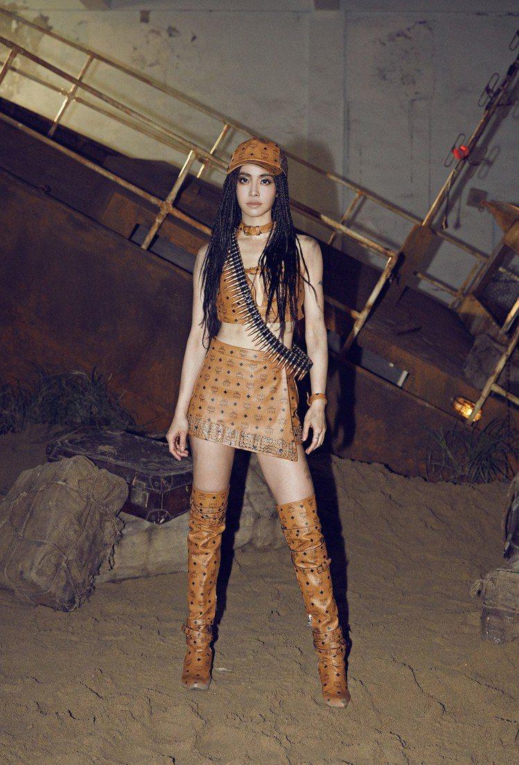 蔡依林在MV中穿著MCM以荒野主題打造的訂製服,展現強悍性感女人味。圖/MCM提...