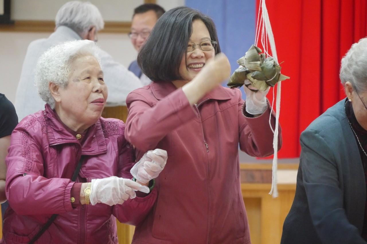 貢寮漁村媽媽要教蔡英文總統包鮑魚粽子,個個盛裝打扮,好開心。記者吳淑君/攝影