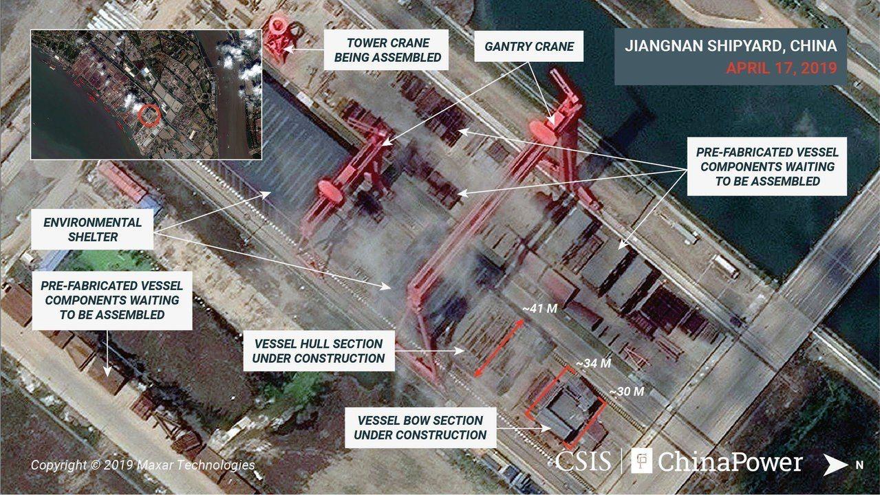 CSIS四月影像顯示,船頭前端有30公尺寬,船體有41公尺寬,上方則有高架起重機...