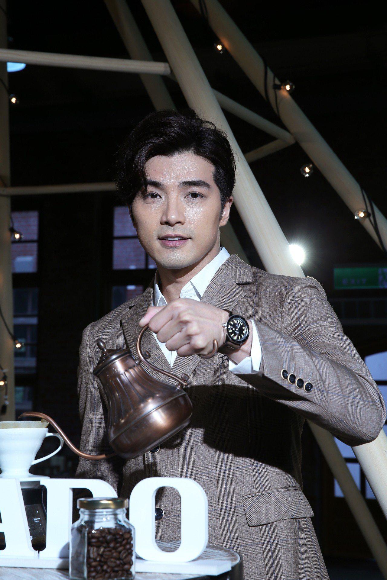 賀軍翔受RADO邀請,除了演繹新表款之外,還現場小露沖泡咖啡的功力。記者蘇健忠/...