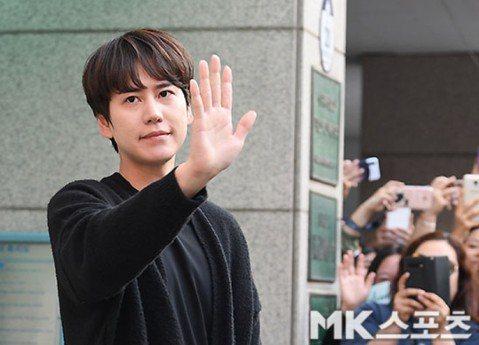 Super Junior的老么圭賢今天退伍,他下午從城北盲人福利中心下班,結束社會服務要員的替代役工作。粉絲夾道歡迎,他雖然想安靜低調,但太多粉絲到場迎接,媒體也來拍攝,圭賢還是露面揮手,九十度鞠躬...