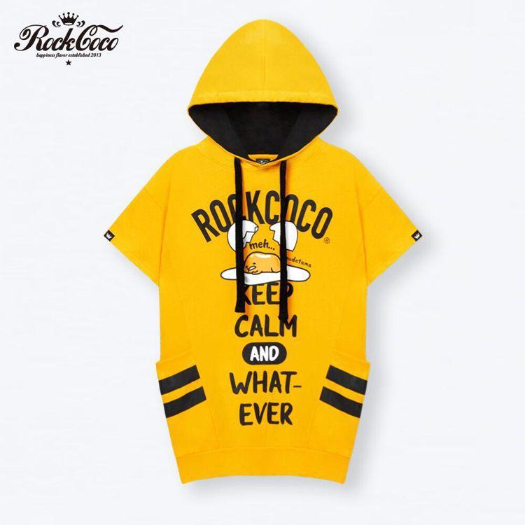 淡定蛋黃哥帽T ,售價1,980元(黃色/黑色)。圖/ROCKCOCO 提供