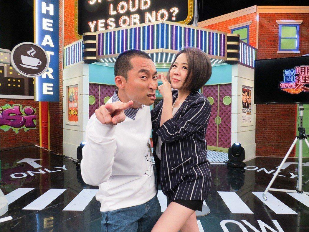 浩子(左)和于美人主持衛視「請問你是哪裡人」。圖/衛視提供