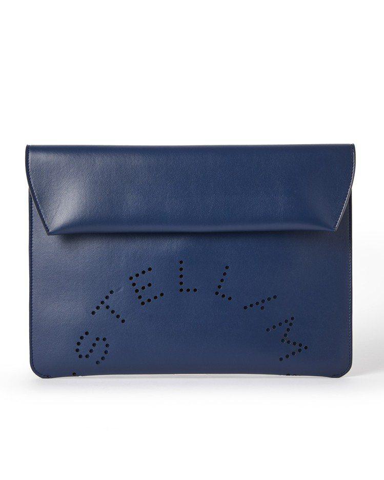 藍色經典鏤空LOGO信封包,16,000元。圖/Stella McCartney...