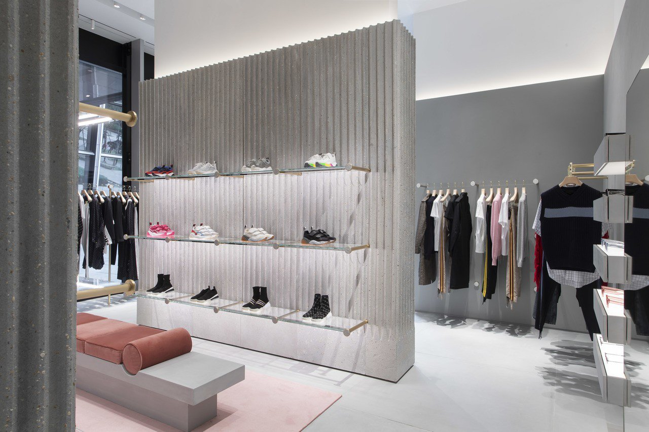英國時尚品牌Stella McCartney台灣第一家直營店內販售女裝、男裝、鞋...