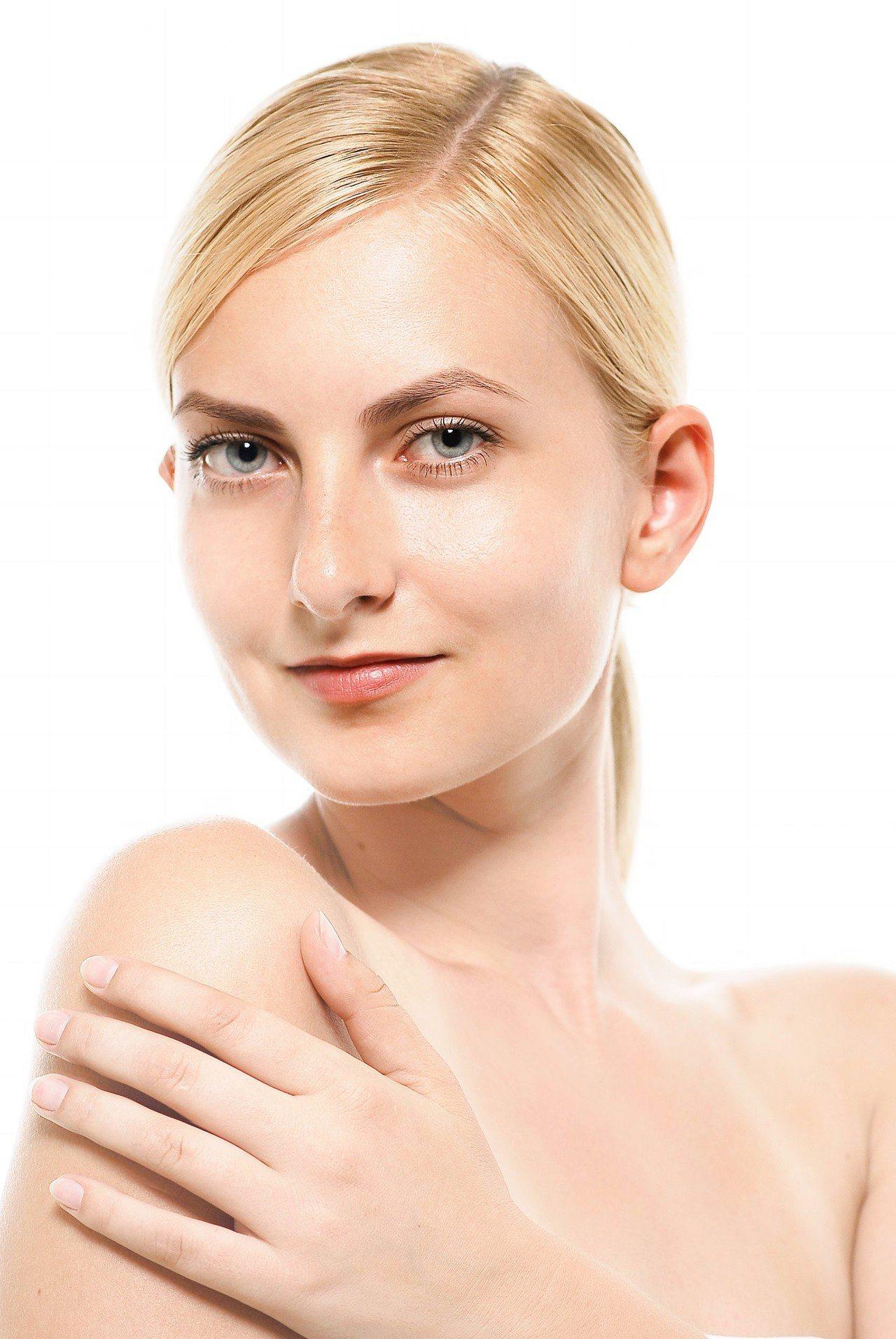 遮黑眼圈也要注意上妝的位置,才不會把眼睛越畫越小。圖/摘自pakutaso