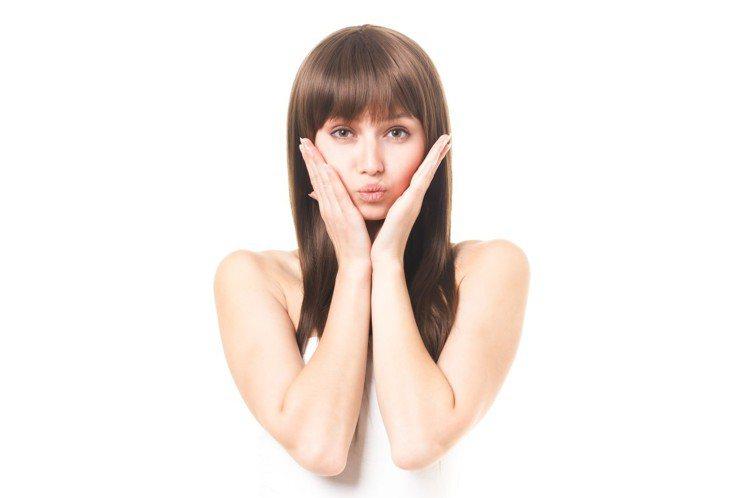 化淡妝就不卸妝,小心臉部的肌膚,很快老化。圖/摘自pakutaso