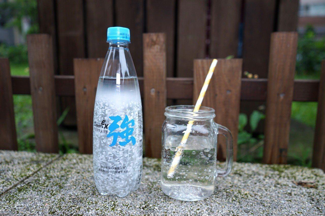 「Cheers EX強氣泡水」主打原味口味,深受年輕族群喜愛。圖/泰山提供