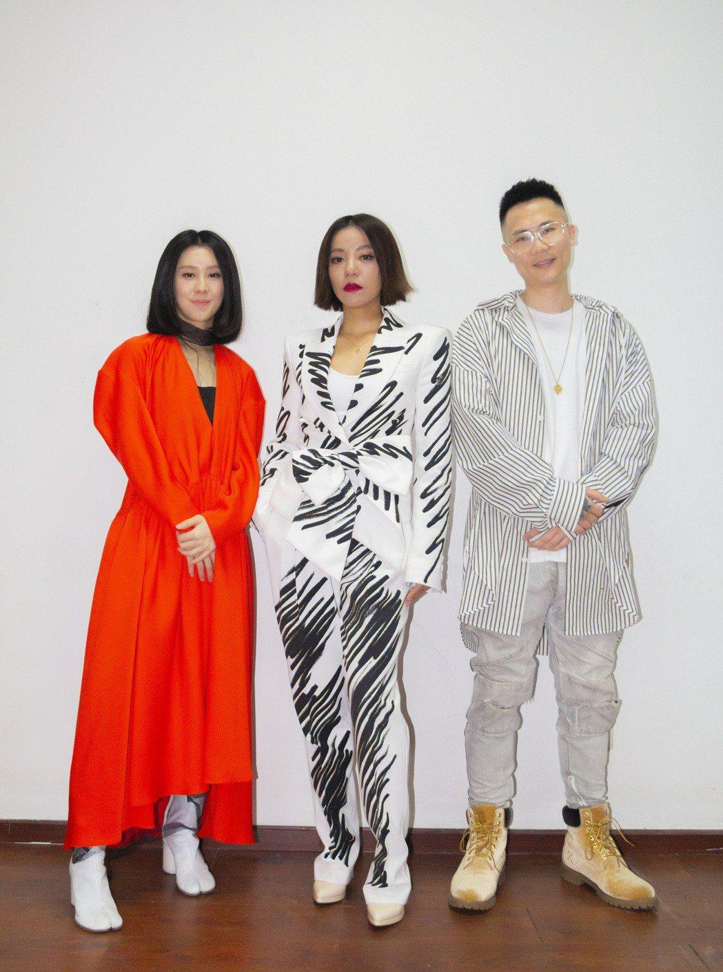 白安(左起)、丁噹、蕭秉治出席第10屆流行音樂全金榜年度盛典。圖/相信提供