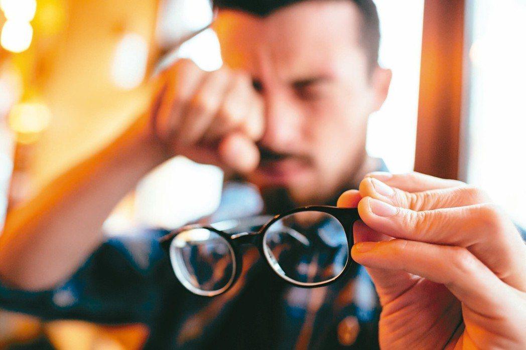 老花和散光造成視力模糊,當病患愈想看清楚,眼部肌肉跟著用力過度,會出現頭痛的情形...