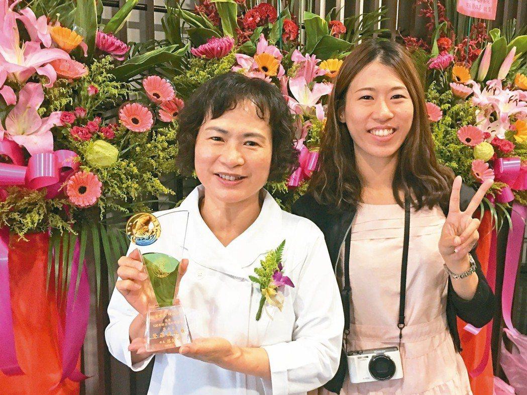 金門醫院護理長李愛玉(左)獲衛福部醫院護理人員資深典範獎,並和女兒開心合影。 記...