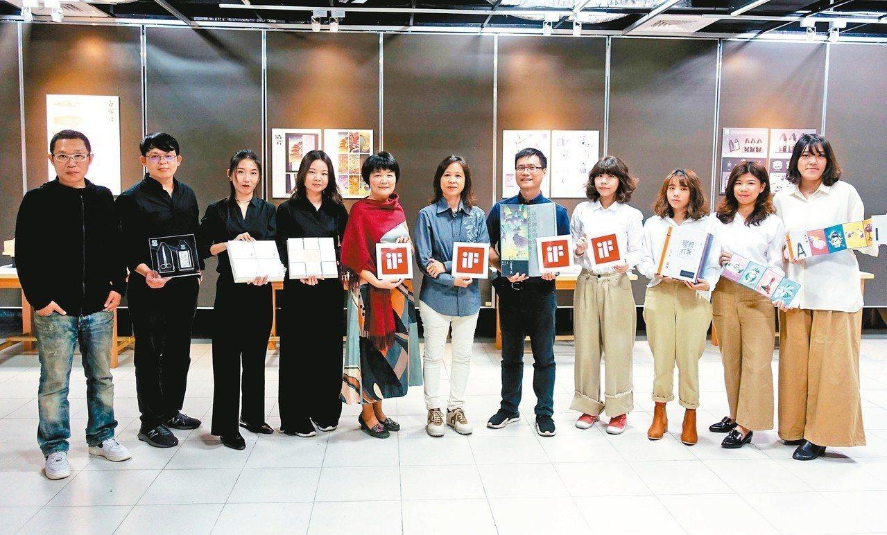 德國iF設計獎今年三月揭曉,樹德科大視覺傳達設計系共獲六獎。 記者王昭月/攝影