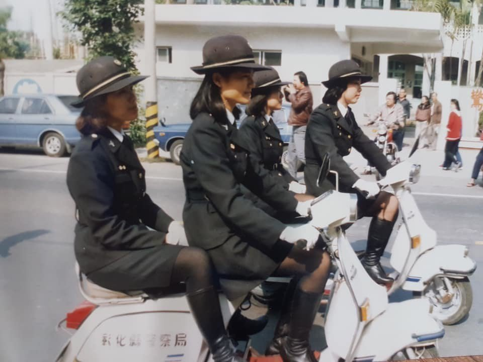 1980年代,彰化市女警騎的偉士牌機車是白色的。 圖/柯翠絨提供