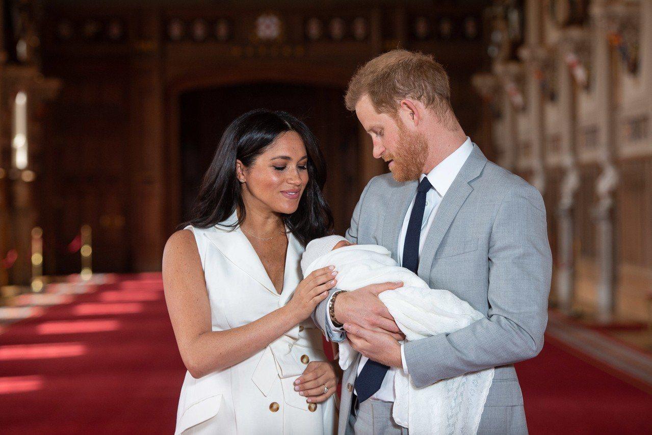 英國哈利王子夫婦8日抱著出生兩天的兒子亮相。 歐新社