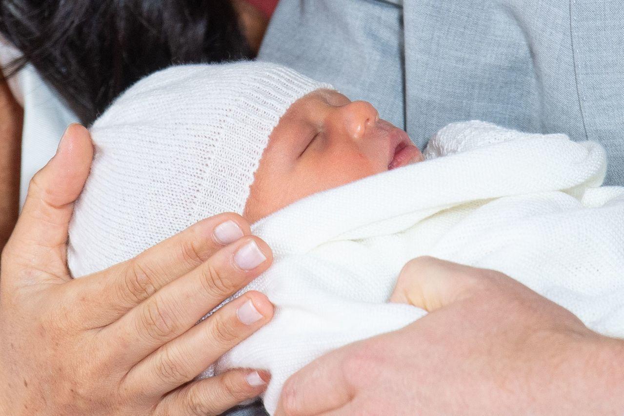 英國哈利王子夫婦8日抱著出生兩天的兒子亮相。 法新社