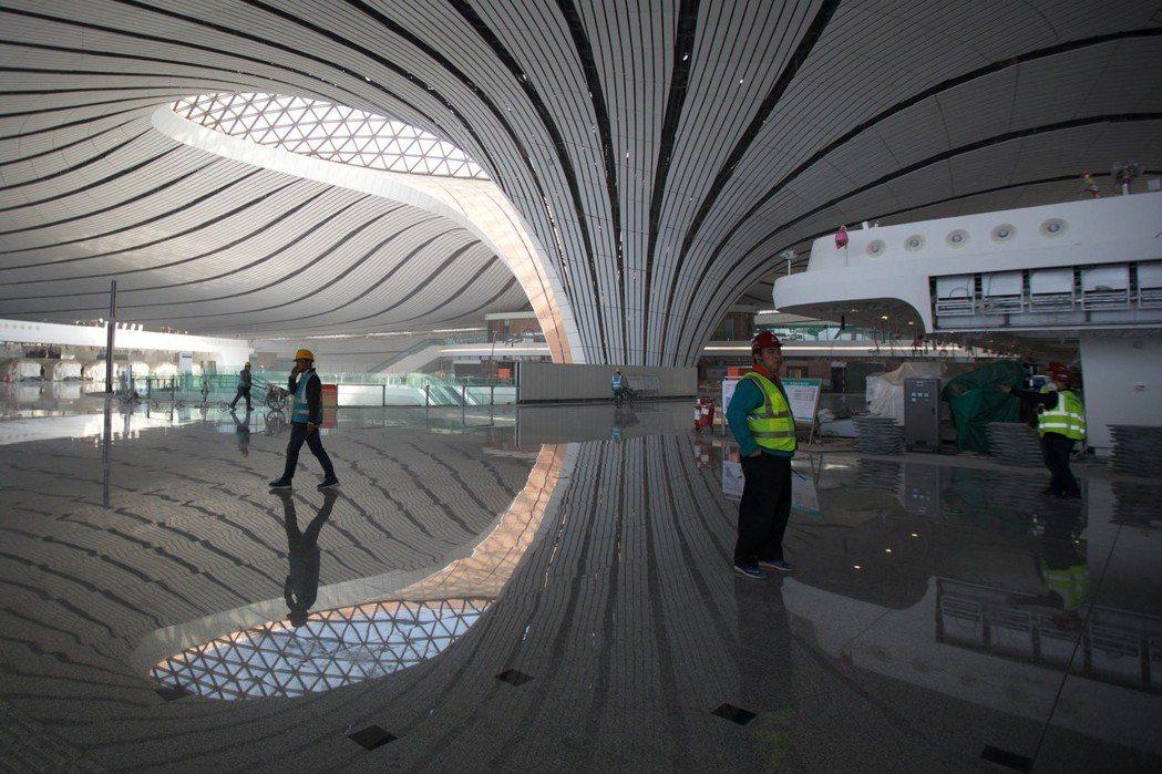 北京大興國際機場目前已接近完工,這張拍攝於4月底的相片,已能一窺機場內部獨特的設...
