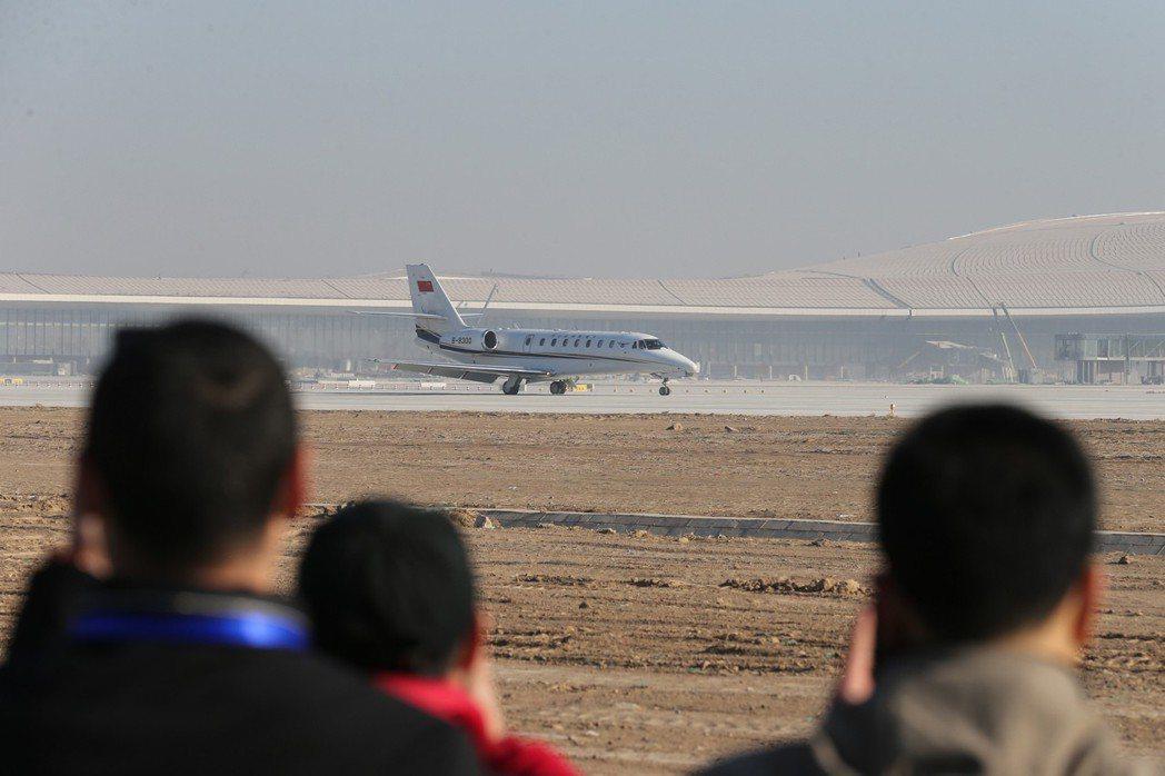 今年1月22日,校驗飛機平穩地降落在北京大興國際機場跑道上,標誌著北京大興國際機...