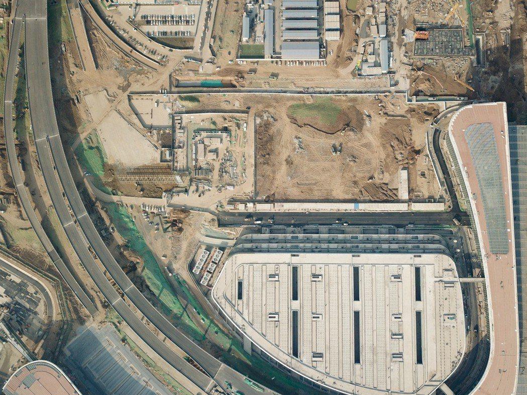 北京大興機場即將進入驗收移交階段。圖為去年11月29日拍攝的施工中機場高速及配套...