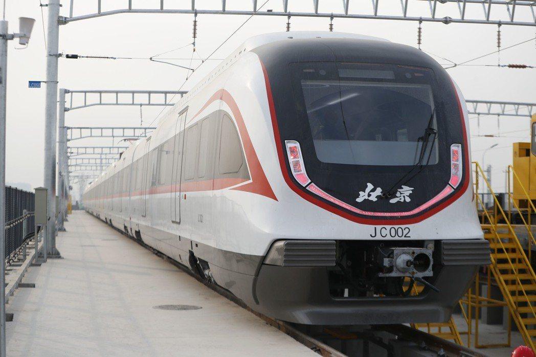 北京地鐵新機場線列車「白鯨號」今年1月29日首次亮相,列車將採用全自動無人駕駛技...
