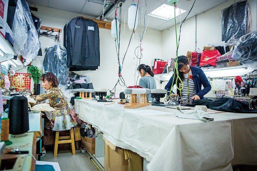 ▲ 稍嫌凌亂的工作室,多少名貴的衣物在此妙手回天。(圖片攝影/蕭芃凱)