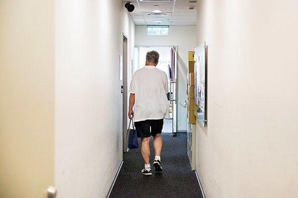 ▲ 精神領袖胡震台的手提袋裡,裝的是每月發送的薪水袋。(圖片攝影/蕭芃凱)