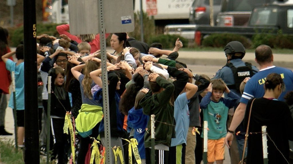 丹佛郊區一間學校發生槍擊案,部分學生列隊站在校外。 圖/取自推特