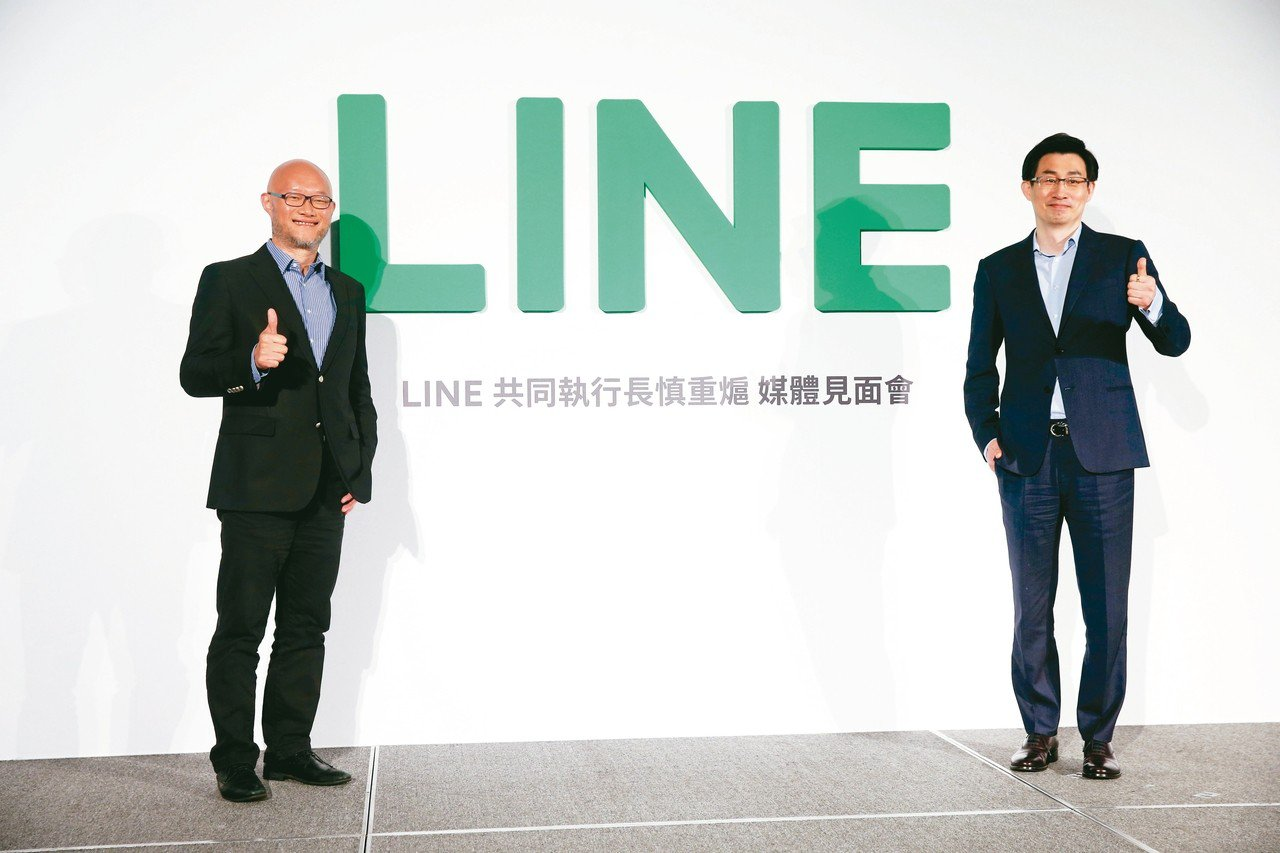 LINE共同執行長慎重熩(右)上午在台北舉行首場媒體見面會,和LINE台灣董事總...
